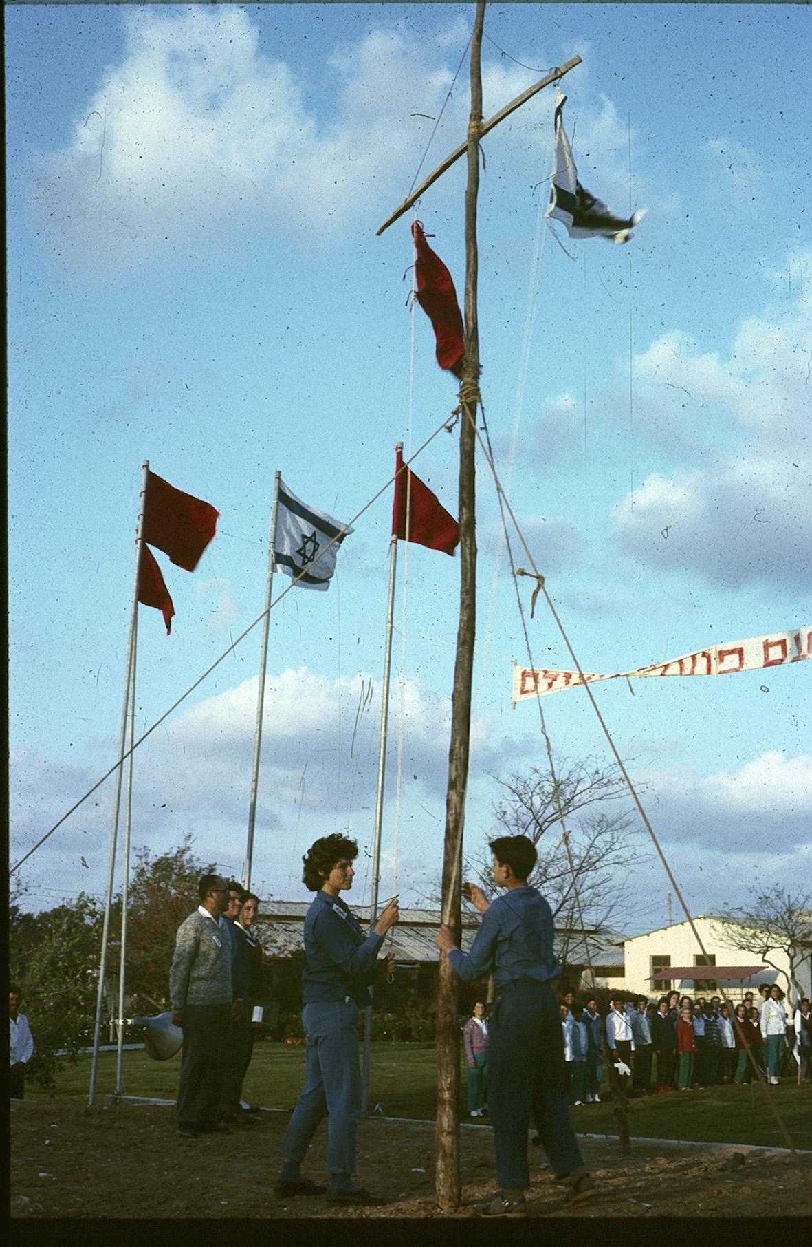 אחד במאי . דגלים 1964, השאר 1981