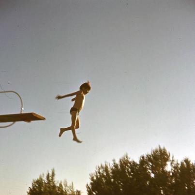 יל'ד קופץ לבריכה 1950-60